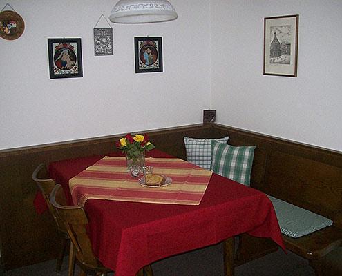 Ferienwohnungen Maria, 83700 Rottach-Egern, Essecke in der FeWo Leonhardstein